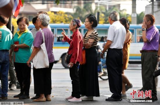 据报道,全泰国共有约5100万符合条件的选民。泰国曼谷大学研究中心16日公布的民意调查结果显示,近97%的受访者表示打算在大选中投票。图为民众在投票站前排队等候投票。