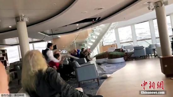 当地时间3月23日,挪威一艘大型油轮在该国西部海域出现引擎故障,并遭遇恶劣天气。据报道,船上约上千人被困,等待救援。图为船上乘客在躲避脱落的天花板。(视频截图)