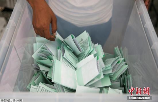 这500名新当选的下议院议员将与目前执政的全国维持和平秩序委员会指派的250名上议院议员一道,联合票选出新总理。图为乘放选票的箱子。
