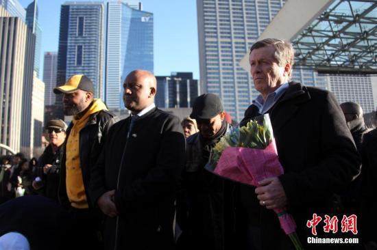 当地时间3月23日傍晚,加拿大多伦多市政厅前广场举行一场为埃塞俄比亚航空公司空难遇难者举行的追思会。以非洲裔社区人士为主的逾百人参加此次追思活动。<a target='_blank' href='http://www.chinanews.com/'>中新社</a>记者 余瑞冬 摄
