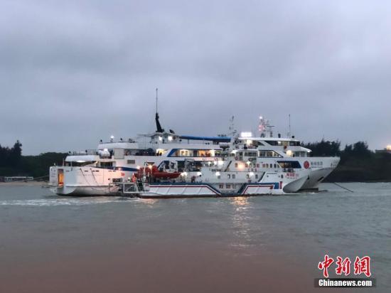 """3月24号上午,在广西北海涠洲岛搁浅了十多个小时的""""北游25""""游轮终于靠港,700多名旅客得以安全上岸,登上了涠洲岛。王国全 摄"""
