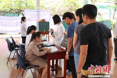 资料图:泰国选民在曼谷一个投票站核对身份准备投票。中新社记者 王国安 摄