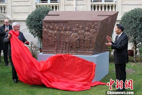 当地时间3月23日,纪念留法勤工俭学运动100周年系列活动在法国巴黎举办。活动期间举行《百年丰碑》雕塑揭幕式,由中宣部副部长蒋建国与法国前总理拉法兰共同为雕塑揭幕。《百年丰碑》雕塑,由著名雕塑家吴为山创作。中新社记者 李洋 摄