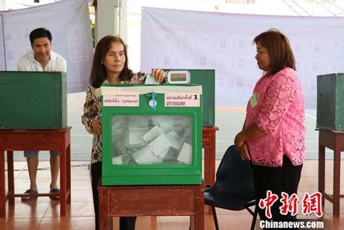 材料图:3月24日,选平易近正在曼谷一个投票毡愣票。a target='_blank' href='http://www.chinanews.com/'种孤社/a记者 王国安 摄