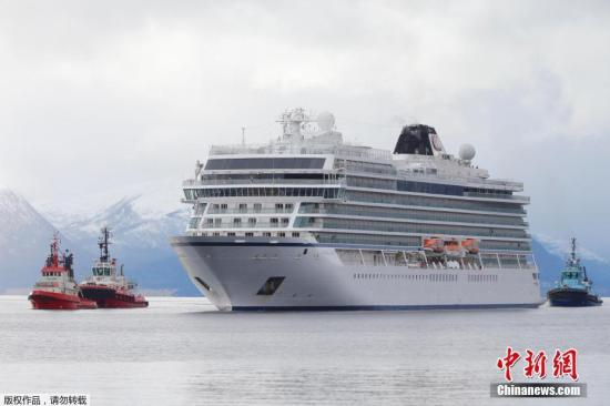 """当地时间3月24日,因引擎故障在挪威默勒-鲁姆斯达尔郡地区海上遇险的""""维京天空""""号邮轮已抵达莫尔德港。救援机构迅速启动了直升机疏散措施,1373名乘客中一共疏散了479人,其他人乘坐""""维京天空""""号被送至岸边。"""