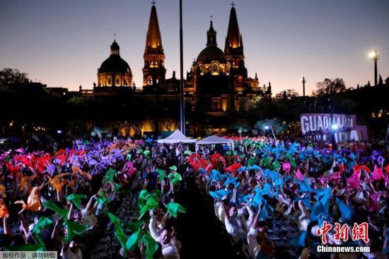 """资料图:当地时间2019年3月24日,墨西哥哈利斯科州,1486人在当地的一座广场上共饮龙舌兰酒,创造了新的""""世界最大龙舌兰酒品尝活动""""纪录。"""