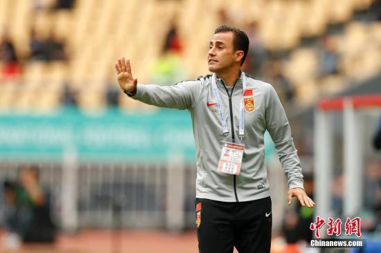 卡纳瓦罗在与乌兹别克斯坦队的比赛中向国足队员传递指令。 <a target='_blank' href='http://www.chinanews.com/'>中新社</a>记者 富田 摄