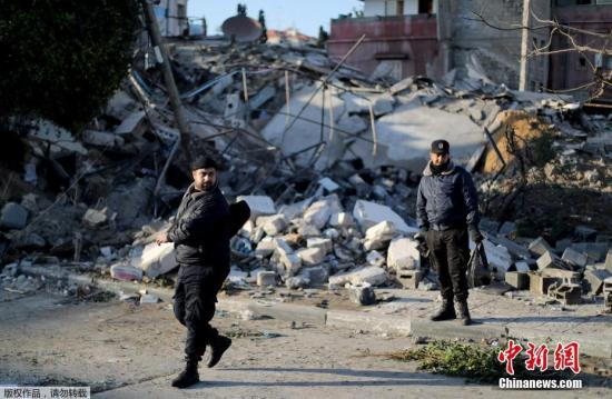 资料图:以色列军方当地时间3月25日傍晚开始对加沙地带多处目标实施空袭,以报复当天早些时候特拉维夫市附近遭火箭弹袭击。据以色列军方消息,以色列中部城市特拉维夫附近当天遭到一枚来自加沙地带的火箭弹袭击,造成至少7人受伤。为报复这一行动,以军空袭了巴勒斯坦伊斯兰抵抗运动(哈马斯)政治局领导人哈尼亚的办公大楼、哈马斯情报机构大楼和哈马斯内政部大楼等。