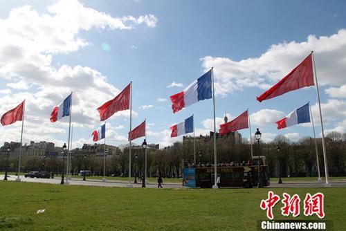 当地时间3月25日,巴黎市中心升起多面中法两国国旗欢迎澳门银河网站网址主席访问法国。中新社记者 李洋 摄