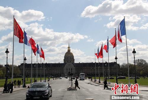 当地时间3月25日,巴黎市中心升起多面中法两国国旗欢迎习近平主席访问法国。<a target='_blank' href='http://www.bpge.tw/'>中新社</a>记者 李洋 摄