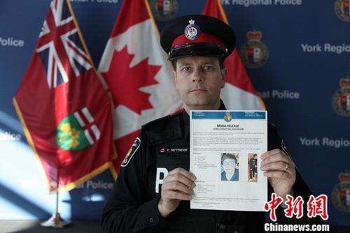 加拿大大多伦多地区万锦市(Markham)一名22岁中国留学生遭绑架的案件有新进展。警方当地时间3月25日披露,绑匪作案所用的汽车已被找到,但受害人仍下落不明。图为当地约克区警察局发言人帕滕顿(Andy Pattenden)25日接受中新社采访时向记者展示附有受害人Wanzhen LU照片的案情进展新闻稿。他并表示,此次案情罕见,警方正全力侦查。中新社记者 余瑞冬 摄