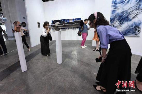 资料图:3月27日,在香港巴塞尔艺术展现场,入场人士用艺术装置互相观看对方。<a target='_blank' href='http://www.chinanews.com/'>中新社</a>记者 李志华 摄