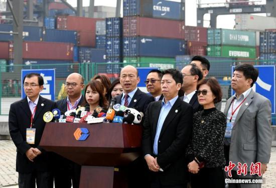 资料图:3月27日,高雄市长韩国瑜一行参观厦门海沧远海自动化码头,并接受媒体采访。 <a target='_blank' href='http://www.chinanews.com/'>中新社</a>记者 王东明 摄