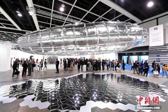 香港巴塞尔艺术展于3月28日开幕。图为艺术家李�^的10米长柏林飞船艺术品。<a target='_blank' href='http://www.chinanews.com/'>中新社</a>记者 李志华 摄