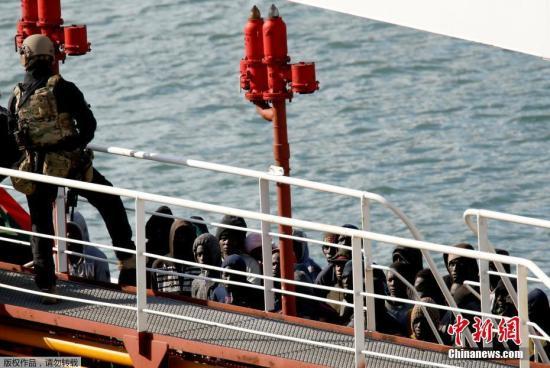 """当地时间3月28日,土耳其油轮""""El Hiblu1号""""抵达马尔他瓦莱塔大港口森格莱阿。土耳其一艘油轮早前在地中海救起约120名移民。然而这些移民却在获救后反过来于周三(27日)劫持了该油轮,并迫使油轮改变航线,由原定南下前往利比亚变为北上前往欧洲。图为马耳他特种部队进行反劫持行动,成功再次掌控油轮航向。"""