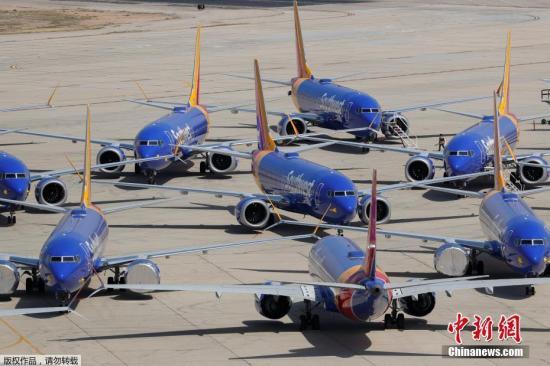 """资料图:当地时间3月27日,美国西南航空公司的波音737 MAX系列飞机停放在号称""""飞机坟场""""的维克多维尔机场。西南航空公司发布声明称,将下调全年财务前景,也由此成为美国第一家正式下调全年财务前景的航空公司,预计该季度的收入将比之前的预期减少1.5亿美元。受此前波音737 MAX 8飞机事故影响,该公司已被迫停飞旗下具有34架波音737 MAX飞机的新机队。"""