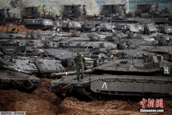 资料图:当地时间2019年3月27日,以色列大批坦克和装甲车等重武器在加沙周边地区集结并部署。