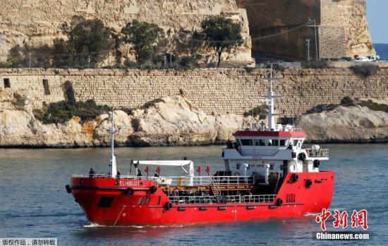 """本地工夫3月28日,土耳其油轮""""El Hiblu1号""""到达马我他瓦莱塔年夜口岸森格莱阿。土耳其一艘油轮早前正在天中海救起约120名移平易近。但是那些移平易近却正在得救后反过去于周三(27日)挟制了该油轮,并迫使油轮改动航路,由本定北下前去利比亚变成北上前去欧洲。图为马耳他特种队伍停止反挟制动作,胜利再次掌控油轮航背。"""