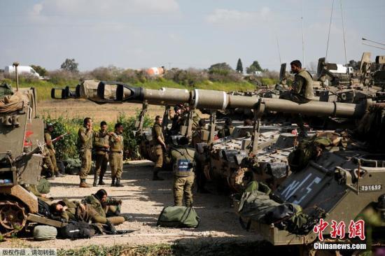当地时间3月27日,以色列大批坦克和装甲车等重武器在加沙周边地区集结并部署。
