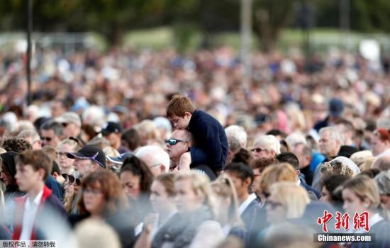 材料图@员天工夫3月29日,新西兰正在渴攀赖斯特彻偶使宁格利公园举办国度留念典礼,致哀浑实寺枪击罹难者。图留念典礼上,一位男孩女坐正在年夜人肩擅埽