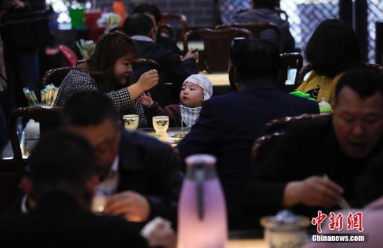 宁夏吴忠杨德福早茶拉面店的顾客在用早茶。中新社记者 杜洋 摄