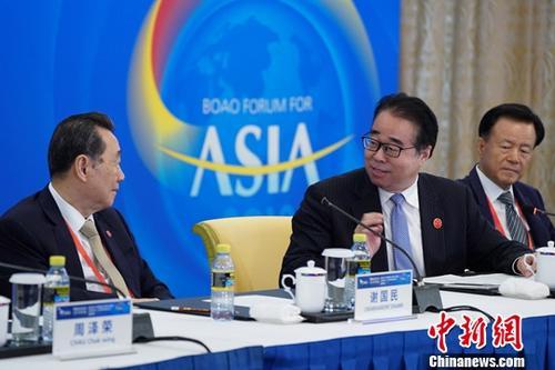 3月29日,华商领袖与华人智库圆桌会议在海南博鳌举行,中共中央统战部副部长、国务院侨务办公室主任许又声(中)出席会议并发言。他表示,人类命运共同体的构建与实现,需要汇聚全人类的智慧和力量。广大华侨华人身处这一大潮的前沿,兼有融通中外的独特优势,是构建人类命运共同体的重要资源。<a target='_blank' >中新社</a>记者 毛建军 摄