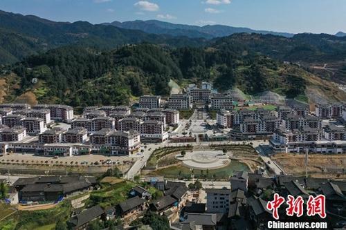 资料图:航拍贵州省雷山县羊排扶贫生态移民小镇。中新社记者 贺俊怡 摄