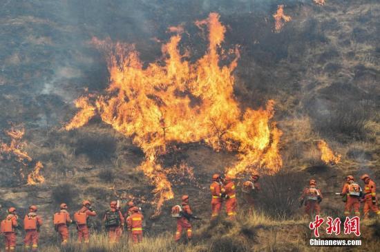 消防指战员前线灭火扑救。武俊杰 摄