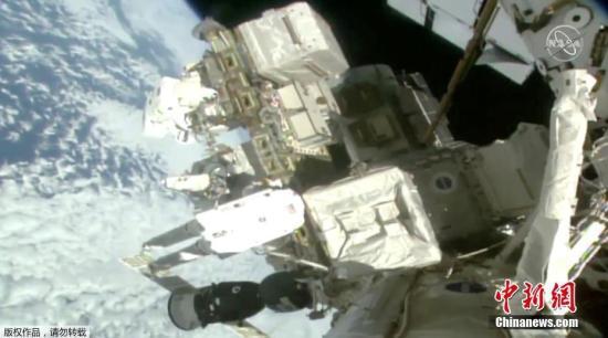 资料图:2019年3月29日,美国宇航员尼克・黑格和克里斯蒂娜・库克进行太空行走,更换国际空间站外挂蓄电池。