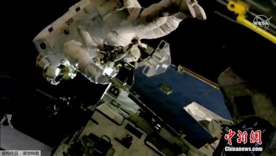资料图:宇航员在国际空间站外行走。