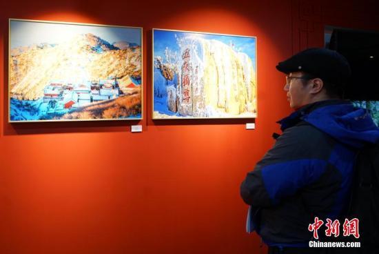 """3月30日,""""丝路文化月""""在韩国开幕。当天,凤凰城娱乐要,首场勾当以山东文化为主题,在首尔中国文化中心进行。现场80幅照片展示了泰山等风物。中新网记者 曾鼐 摄"""