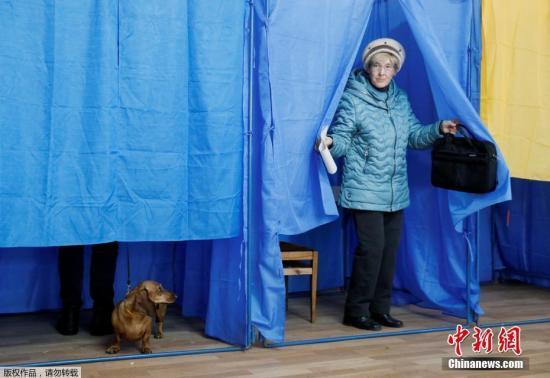 当地时间3月31日,乌克兰总统大选期间,民众在投票站投票。