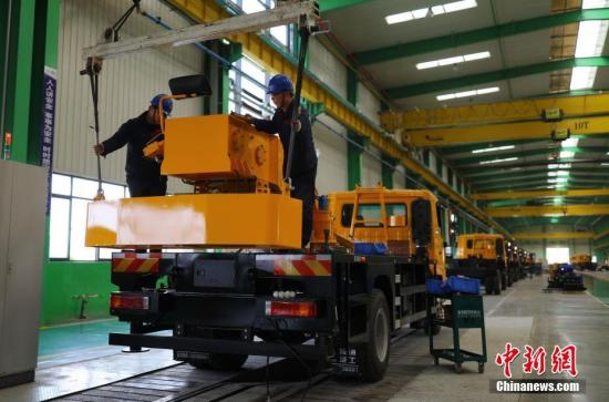 资料图:河南一家汽车公司,工人在车间工作。中新社记者 杨可佳 摄