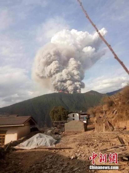 凉山火灾现场冒出大量浓烟 。应急管理部 供图