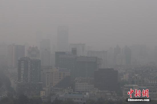 资料图:空气污染。/p中新社记者 刘冉阳 摄