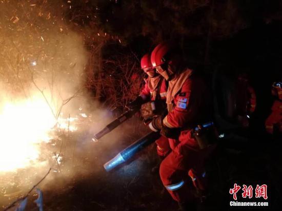 3月30日内蒙古锡林郭勒盟森林消防支队驰援山西省沁源县森林火灾现场。内蒙古锡林郭勒盟森林消防支队供图