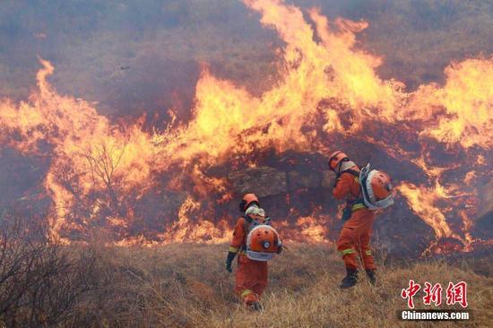 3月30日内蒙古锡林郭勒盟森林消防支队驰援山西省沁源县森林火灾现场。支队全体指战员连续作战近7个小时,在近60度的陡坡上,背负20公斤重的灭火装备,在遍布松枝和砂石的陡坡上艰难挺进,成功将北侧明火全部扑灭。尔后,疲惫不堪的战士们以天为被以地为床,秒入梦乡,样子让人泪目。文/李爱平 陈峰 内蒙古锡林郭勒盟森林消防支队供图