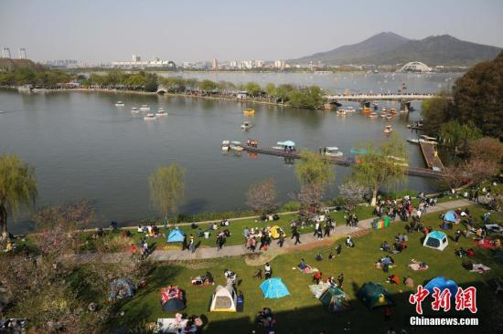 3月31日,市民和游客在南京玄武湖公园内游玩。当日,南京天气晴好,人们纷纷赏花游园,享受春光。/p中新社记者 泱波 摄