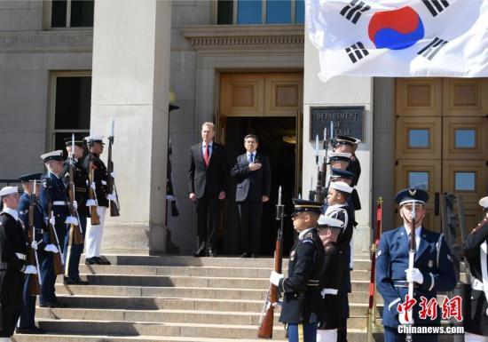 当地时间4月1日,美国国防部代理部长沙纳汉与韩国国防部长官郑景斗在五角大楼举行会晤。<a target='_blank' href='http://www.chinanews.com/'>中新社</a>记者 陈孟统 摄