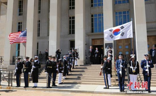 当地时间4月1日,美国国防部代理部长沙纳汉与韩国国防部长官郑景斗在五角大楼举行会晤。中新社记者 陈孟统 摄