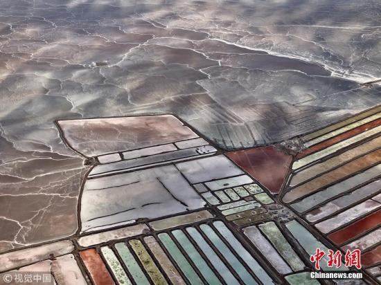 """资料图:2018年4月1日讯(具体拍摄时间不详),墨西哥下加利福尼亚州,航拍当地的盐池如同巨大的""""眼影盘""""。当地开发出的大量盐池产盐量十分可观,约占世界盐产量的30%以上。图片来源:视觉中国"""