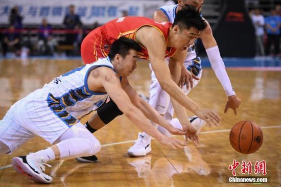 新赛季赛程受到稀释,目的就是为了减轻比赛强度,避免运动员受伤。(资料图:CBA比赛拼抢瞬间。a target='_blank' href='http://www.chinanews.com/'中新社/a记者 崔楠 摄)