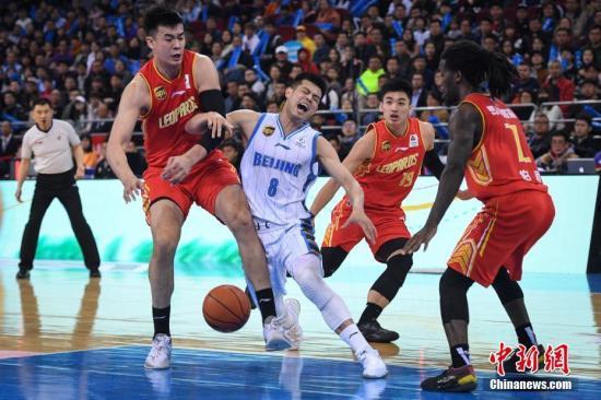 資料圖:在2018-2019賽季中國男子籃球職業聯賽(CBA)季后賽四分之一決賽第四回合比賽中,北京首鋼主場以83比94不敵深圳馬可波羅隊,雙方總比分變為2比2平。圖為北京首鋼隊球員方碩(中)突破受阻。<a target='_blank' >中新社</a>記者 崔楠 攝