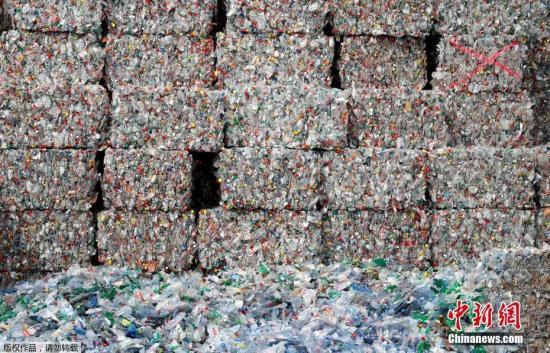当地时间4月3日,瑞士比尔顿新成立的环保回收公司回收的塑料垃圾堆积如山。