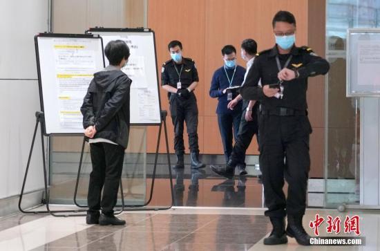 资料图:香港国际机场的职员陆续来到机场麻疹疫苗接种点,准备接种疫苗。<a target='_blank' href='http://www.tqepnt.tw/'>中新社</a>记者 张炜 摄