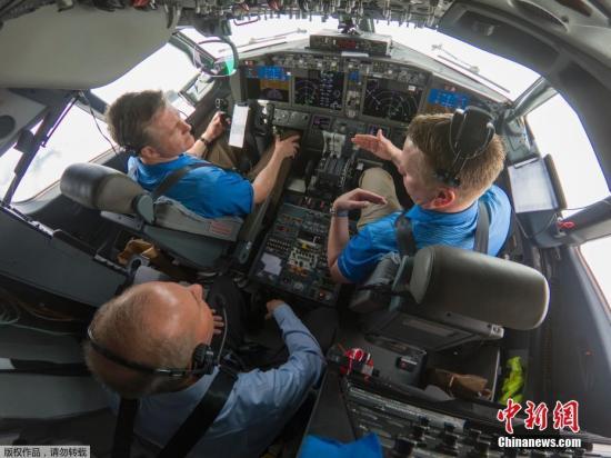 资料图:当地时间2019年4月3日,美国西雅图,波音公司董事长、总裁兼首席执行官丹尼斯·米伦伯格与波音试飞员一道,参加了一次验证MCAS软件升级的测试飞行。飞行机组在一架737 MAX 7上测试了软件更改后,在各种情景下,应对失效情况的效果。软件升级按照设计发挥了作用,飞行员安全驾机降落在波音机场。