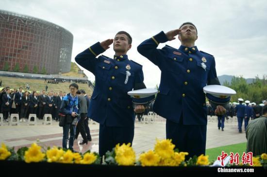 资料图:4月4日,四川木里森林火灾牺牲烈士追悼会在凉山州西昌市火把广场举行。中新社记者 刘忠俊 摄