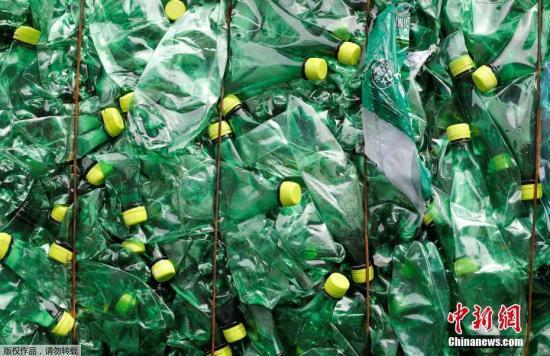 资料图:瑞士比尔顿新成立的环保回收公司回收的塑料垃圾堆积如山。