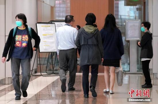 4月4日,香港国际机场的职员陆续来到机场麻疹疫苗接种点,准备接种疫苗。自从香港机场爆发麻疹疫情以来,香港卫生署设在机场的疫苗接种点已经为机场员工和飞机乘务员接种近8000人次。香港麻疹疫情持续,当天又新增7例,其中机场员工新增两例。今年香港麻疹累计个案达50个,追平2014年全年记录。截至4日,香港机场员工和航空公司职员累计麻疹个案达23例。<a target='_blank' href='http://www.chinanews.com/'>中新社</a>记者 张炜 摄