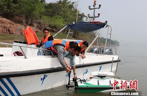 图为利用无人船声纳装备对长江水下排污口进行探测。<a target='_blank' href='http://www.chinanews.com/'>中新社</a>记者 阮煜琳 摄